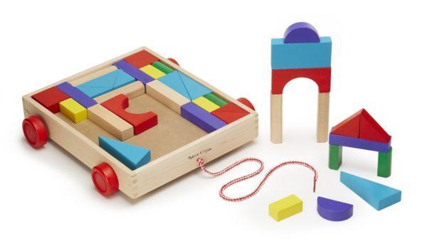 Конструктор из разноцветных кубиков в тележке